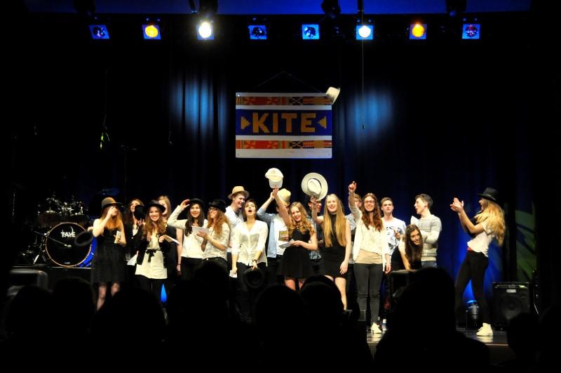 """Schüler-Kleinkunstabend der Q11: """"Für KITE – wir sind dabei!""""; Foto Iris Burkert"""