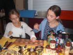 Julia Und Milena Beim Ghana-Spiel_KITE-Basar; Foto: Martin Gleixner