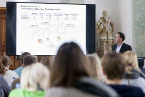 Die Chemielehrer beschäftigten sich auch mit dem von der Wacker Chemie AG aus Mais oder Kartoffeln hergestellte Cyclodextrin. Foto:Dr. Ralf Mezger
