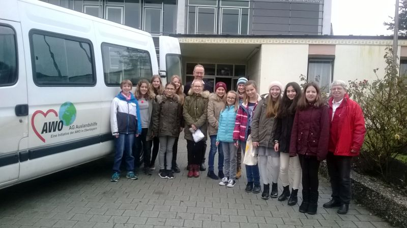 Mit Jedem Paket Freude Schenken!  AVG Und AWO-AG-Auslandshilfe E.V. Sammeln Für Ungarn Und Bosnien